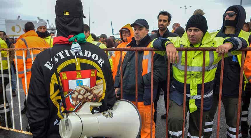 Estivadores acusam operadores portuários de Lisboa de violação do estado de emergência