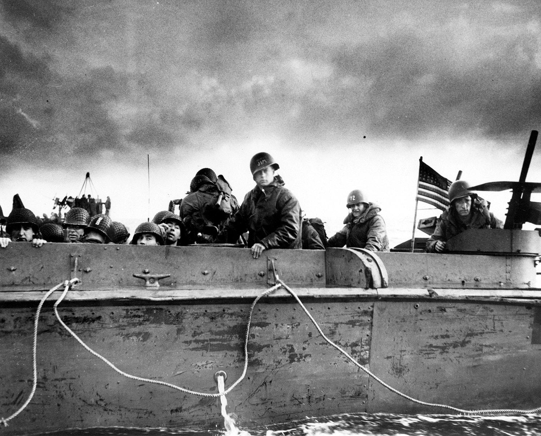 Soldados e tripulantes do exército norte-americano aproximam-se da costa da Normandia /Reuters