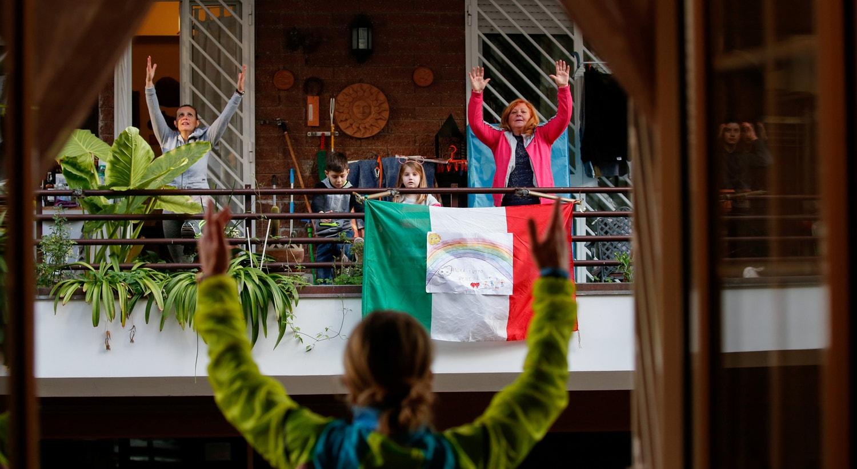 "Antonietta Orsini, ""personal trainer"", dá aulas aos vizinhos da frente, em Roma. / Remo Casilli - Reuters"