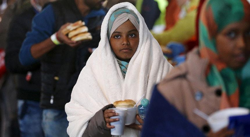 Migrantes numa fila de alimentos na fronteira austro-húngara a 27 de setembro de 2015
