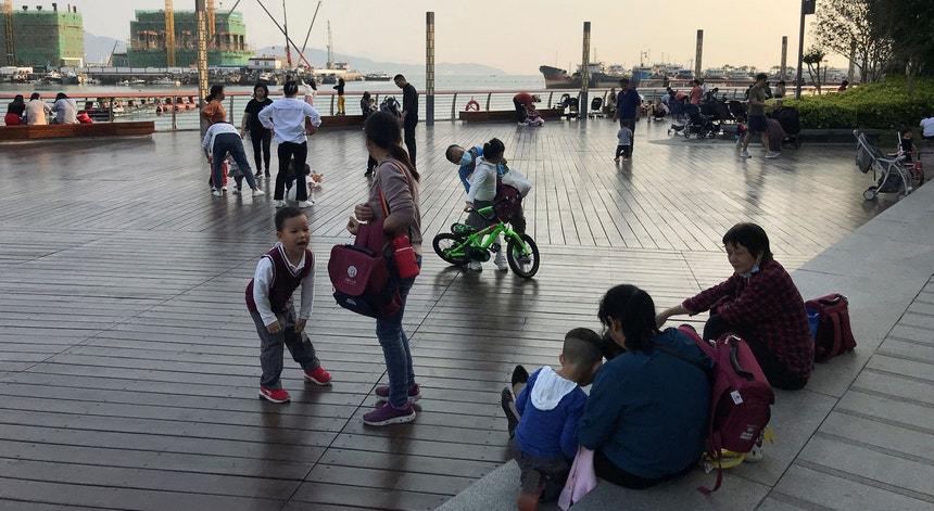 Um grupo de crianças acompanhadas pelos pais brincam em Shekou, na cidade de Shenzhen, na China.