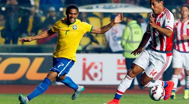 Douglas Costa (esq.), durante o Brasil-Paraguai da Copa América2015