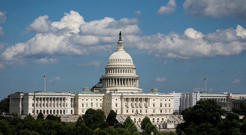 A moção condenatória das palavras dirigidas pelo Presidente dos Estados Unidos a quatro mulheres da Câmara dos Representantes foi aprovada com 240 votos a favor e 187 contra