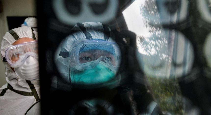 Pessoal médico verifica uma TAC de teste à presença do coronavírus nCoV 2019  em Qingshan, distrito de Wuhan, província de Hubei, China