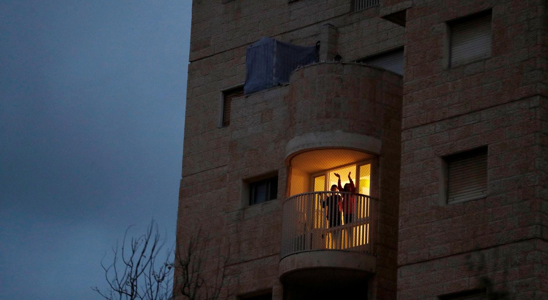 As pessoas aplaudem o esforço dos profissionais de saúde na luta contra o Covid-19, em Israel / Ronen Zvulun - Reuters