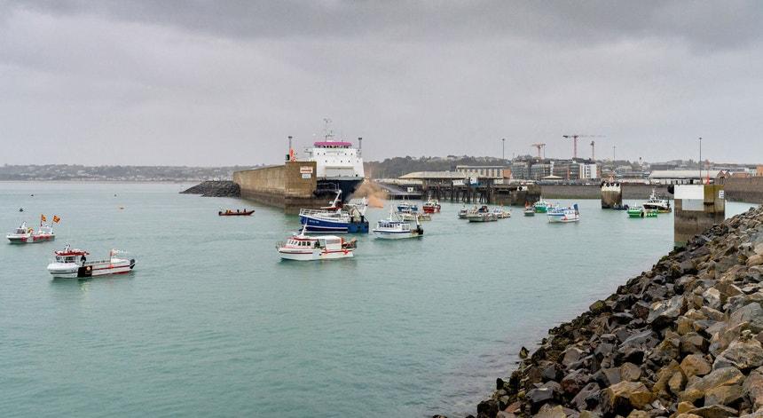 Pequenos barcos de pesca franceses espalharam-se pela entrada do porto de St Hélier, na Ilha de Jersey, durante algumas horas de dia 6 de maio de 2021, em protesto contra novas exigências britânicas quanto a direitos de pesca na área.