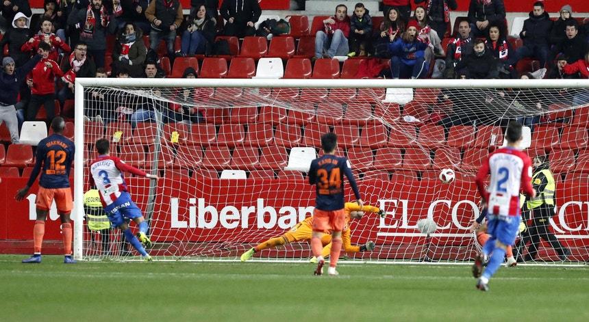 O Gijón travou o Valência e parte para a segunda mão  dos oitavos de final da Taça de Espanha em vantagem
