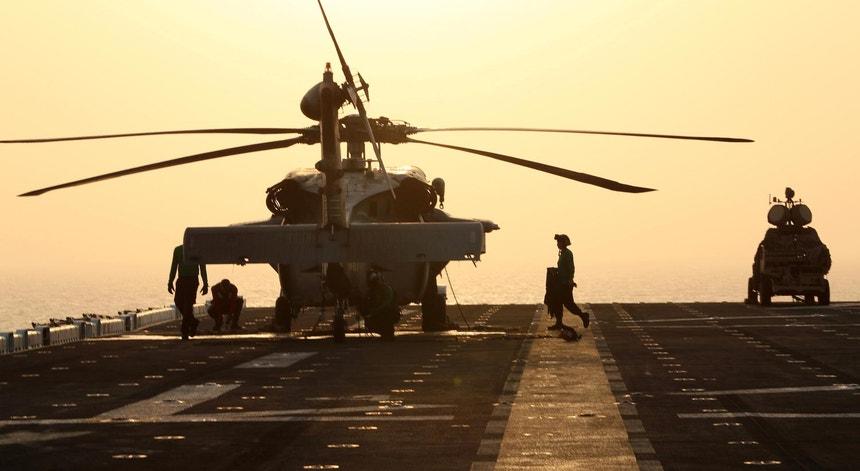 O USS Boxer, a navegar no Mar da Arábia