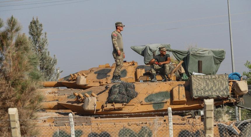 Desde as primeiras vagas de bombardeamentos, morreram pelo menos 128 combatentes curdos e 69 civis