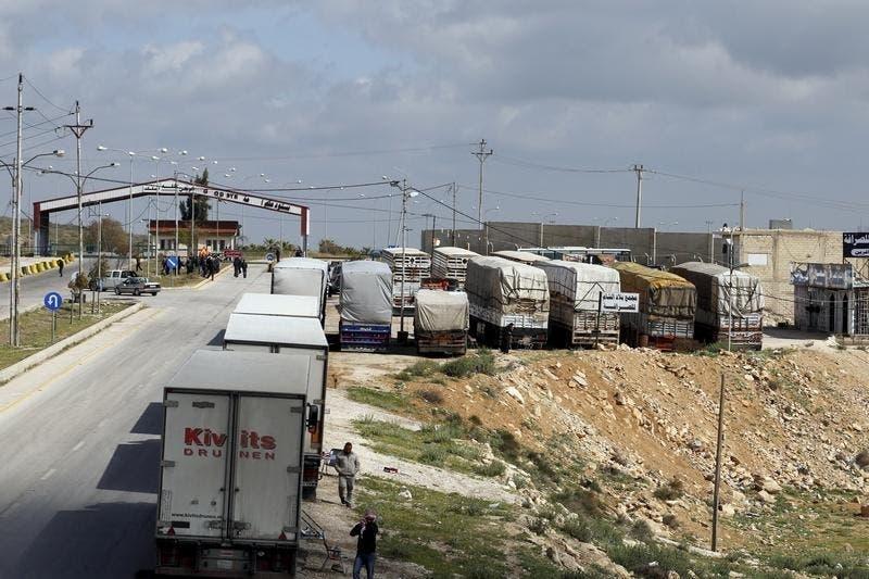 Camiões parados na fronteira sírio-jordana devido a combates. A partir da Jordânia o EI importa materiais para fazer bombas, alguns tão inócuos como fertelizante Foto: Reuters