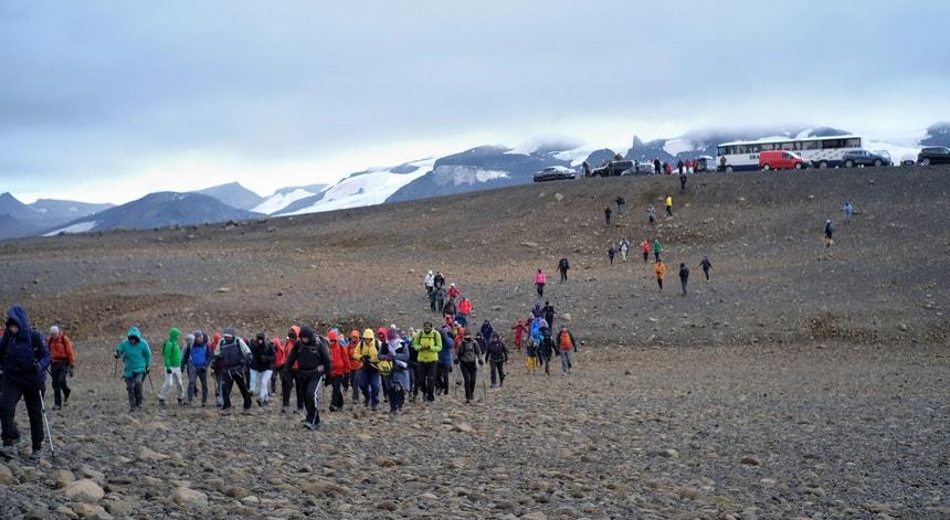 Pessoas a caminhar pelo antigo glaciar Okjokull, a oeste da Islândia