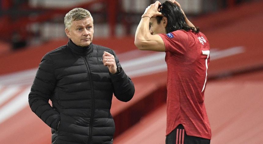 Treinador do Manchester United à conversa com Cavani antes do uruguaio entrar em campo na estreia pelos red devils