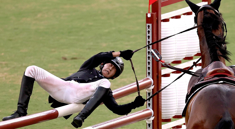 Pentatlo Moderno. Natsumi Takamiya do Japão cai do cavalo durante a competição.   Foto: Ivan Alvarado - Reuters