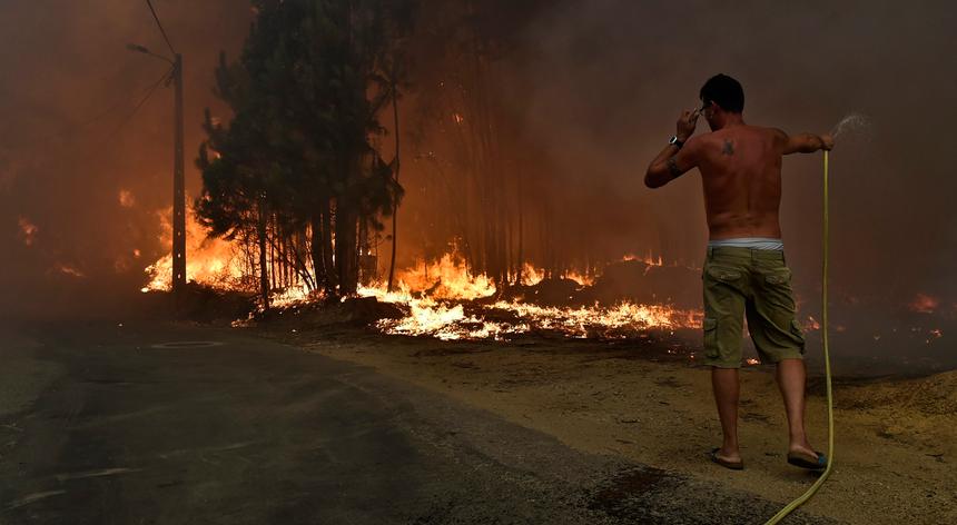As chamas espalham-se ao longo de uma estrada em A-dos Ferreiros a 8 de agosto de 2016