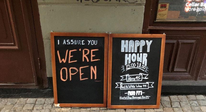 Na Suécia, os ginásios, escolas, bares e restaurantes continuaram abertos nos últimos meses.