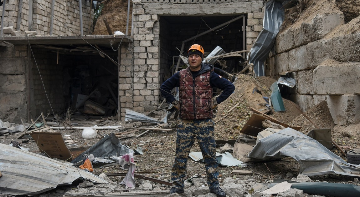 Destruição devido a bombardeamentos em Stepanakert   Reuters
