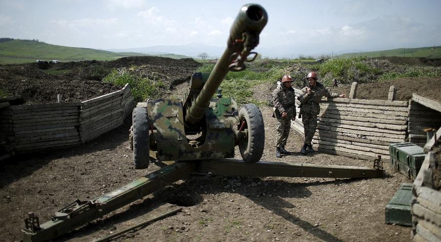 Apesar de o conflito ter terminado em 1994 e de ter sido sucedido de um cessar-fogo, as tensões na região separatista de Nagorno-Karabakh permaneceram.