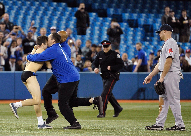 A polícia e a segurança prenderam um adepto que entrou em campo quando o Toronto Blue Jays jogou no Boston Red Sox em Toronto, em 2012 /Mike Cassese - Reuters
