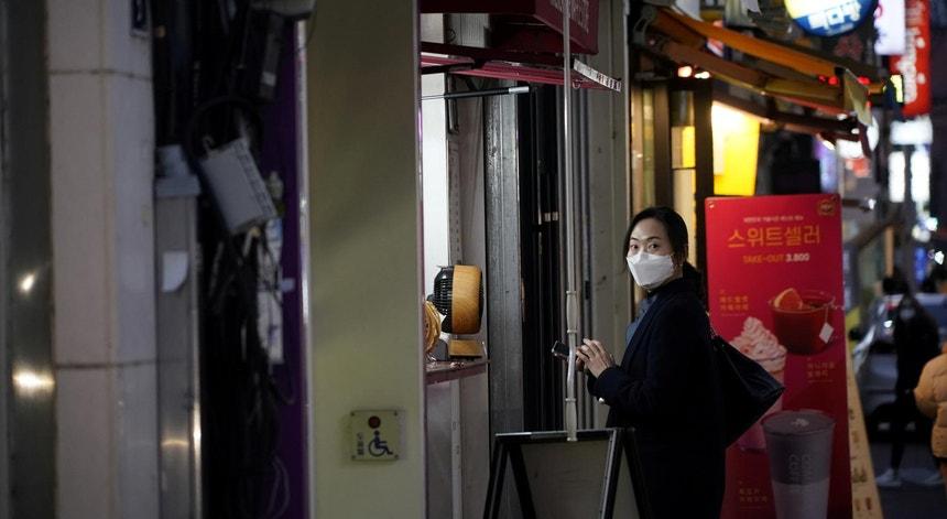 Uma mulher de máscara numa das principais ruas do centro de comércio de Daegu, Coreia do Sul