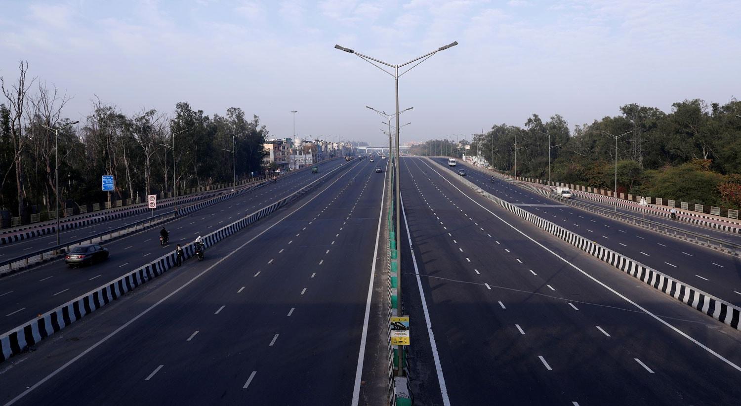 A vista sobre uma autroestrada em hora de ponta em Nova Deli, na India / Adnan Abidi - Reuters