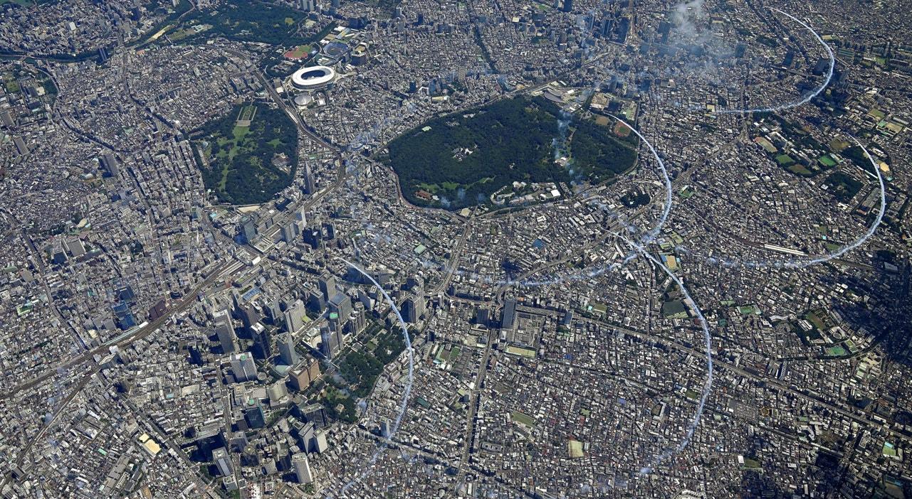 Equipa acrobática japonesa ensaia desenho dos aneis olímpicos   Kyodo - Reuters