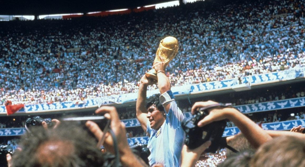 1986. México, Cidade do México. Depois do jogo com a Alemanha, Maradona levanta Troféu da FIFA World Cup   EPA
