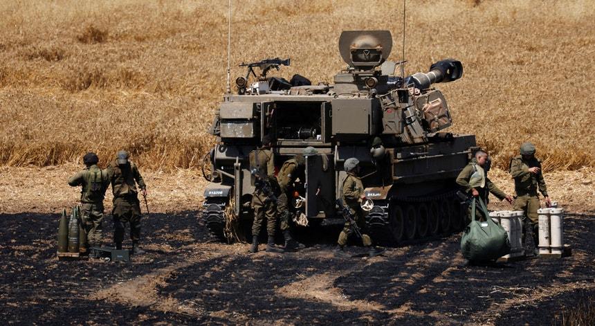 Soldados israelitas perto da fronteira entre Israel e a Faixa de Gaza