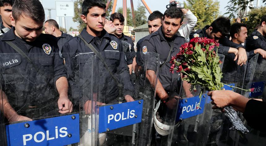 Mais de dez mil manifestantes ocuparam no domingo uma praça de Ancara – perto do local do duplo atentado