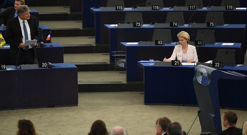 """No discurso aos eurodeputados, a ministra alemã da Defesa prometeu implementar um """"acordo verde para a Europa"""""""