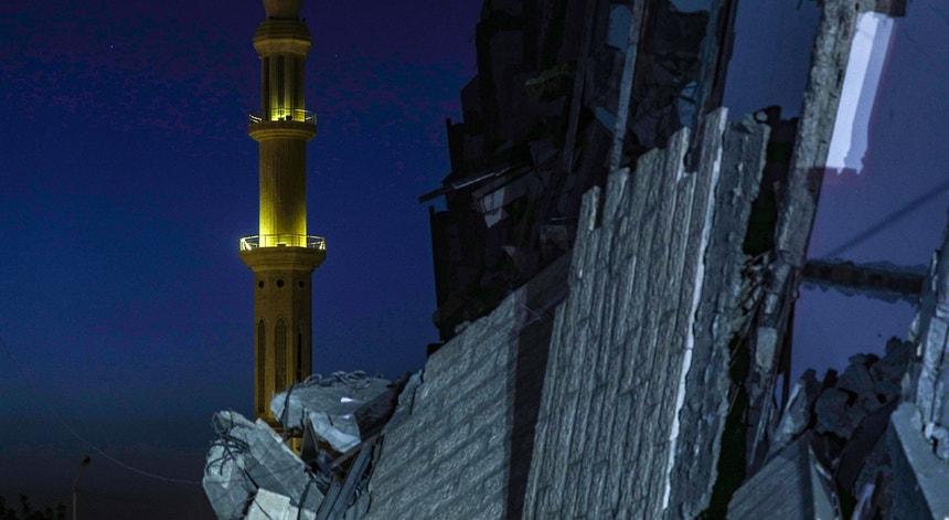 A imagem de destruição é evidente no centro do conflito