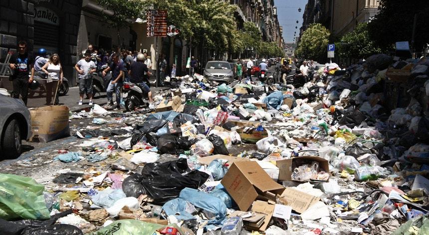 Em 2011, a crise no setor do lixo, na cidade italiana de Nápoles motivou um protesto dos habitantes, que bloquearam várias ruas com os resíduos, forçando a intervenção da polícia.