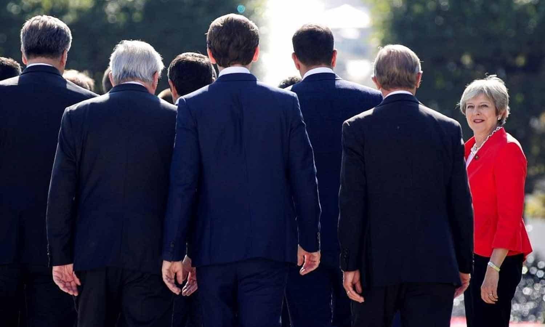 A primeira-ministra britânica Theresa May chega pela primeira vez para pousar na foto de família durante a cimeira informal dos líderes da União Europeia em Salzburgo, Áustria, a 20 de Setembro de 2018. REUTERS/Lisi Niesner