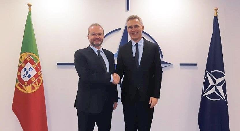 O embaixador português na NATO, Pedro Costa Pereira junto ao secretário-geral da NATO, Jens Stoltenberg.