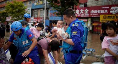 Bebé resgatado com vida de escombros na China