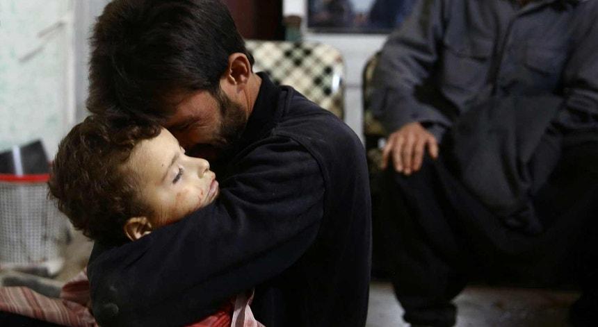 Um homem abraça o filho de quatro anos num hospital de Damasco, capital da Síria, a 19 de novembro de 2017
