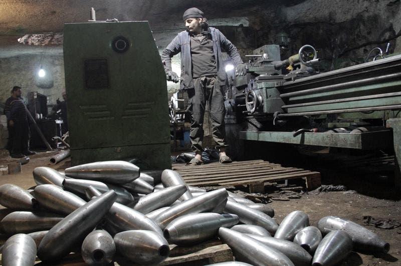 Fábrica  de morteiros em Idlib, Síria, operada pelo grupo Brigada de Suqour al-Sham, em março de 2015 Foto: Reuters