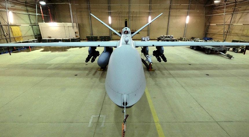 Uma aeronave pilotada remotamente da Força Aérea norte-americana carrega mísseis Hellfire, cada um dotado de seis lâminas.
