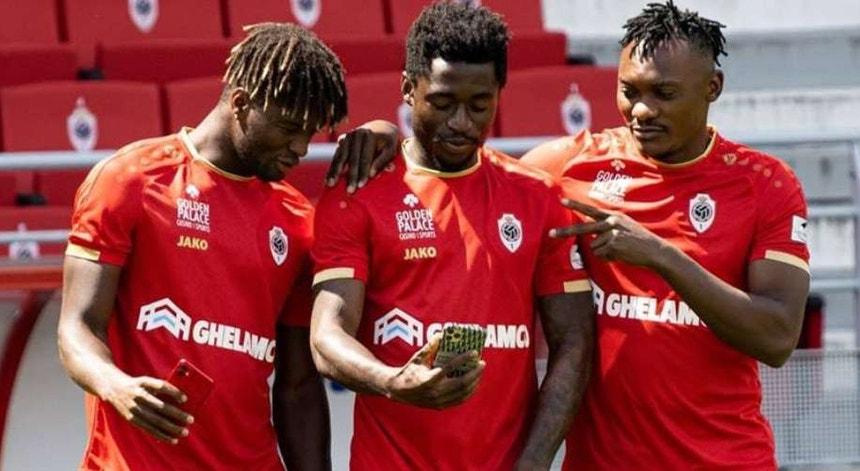 Os jogadores do Antuérpia registaram para memória futura a  conquista da taça