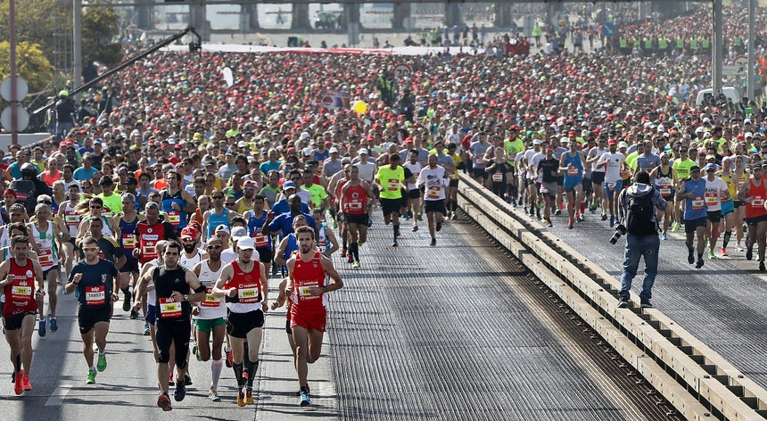 Resultado de imagem para Jake Robertson e Mare Dibaba vencem meia-maratona de Lisboa