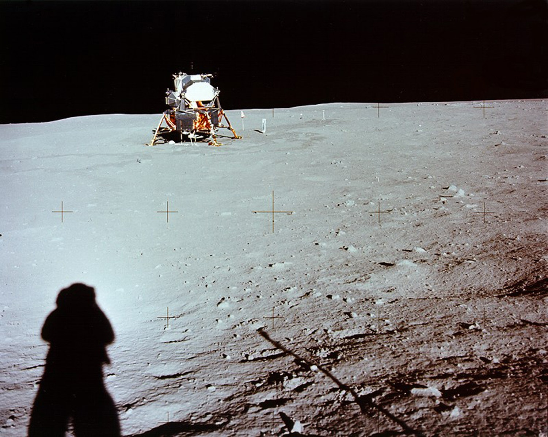 Sombra do astronauta Neil Armstrong na superfície lunar. /Crédito: NASA