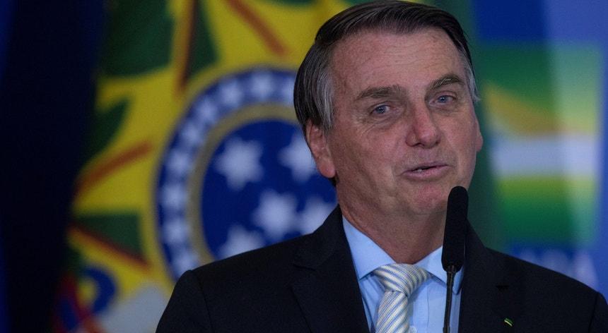 Bolsonaro levanta agora entraves ao uso da máscara