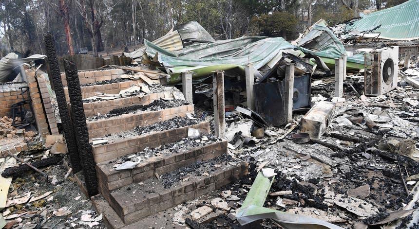 Resultado de imagem para Dois mortos, cinco desaparecidos e milhares de pessoas cercadas pelos fogos na Austrália