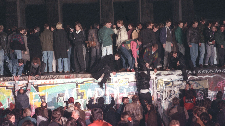 Vigília no muro. 10 de novembro de 1989 | Andree Kaiser - Reuters