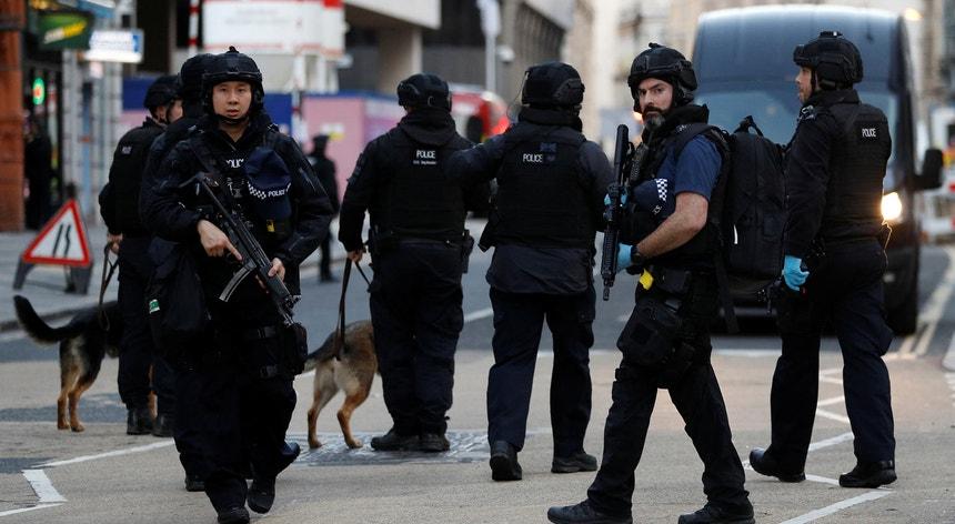 Vários elementos da polícia britânica no local do incidente, junto à Ponte de Londres