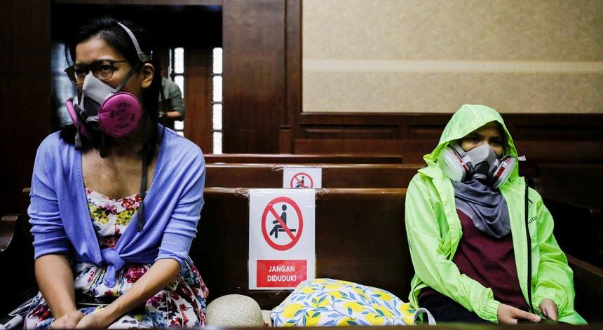 Ambientalistas com máscaras durante a audição de uma queixa judicial em Jacarta contra o Governo indonésio devido à poluição atmosférica, em 16 de setembro de 2021