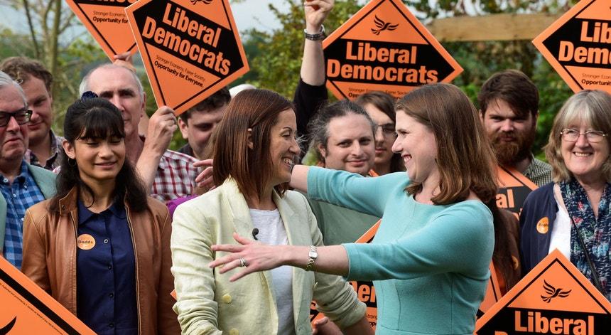 Lider dos liberais democratas, Jane Dodds, comemora a vitória na eleição de Brecon e Radnorsire