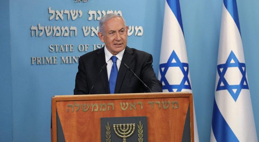 O acordo com os EAU estabelece a suspensão da ocupação de novos territórios na Cisjordânia. Netanyahu diz que nada muda e que os planos se mantêm.