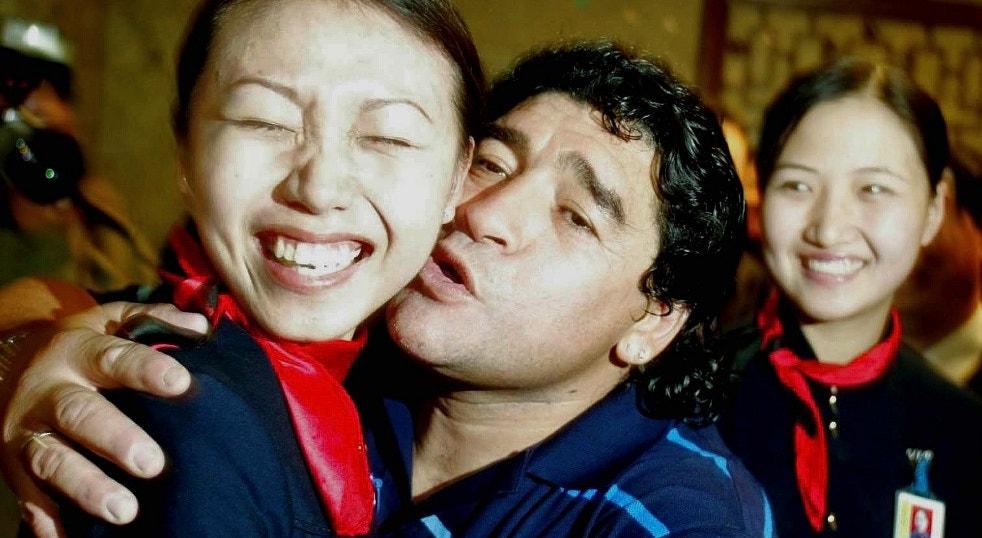 2003. Beijos a uma hospedeira chinesa no Aeroporto de Beijing   China Photos - Reuters