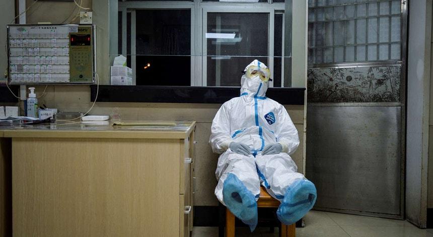 Imagem de um médico, exausto, num hospital chinês