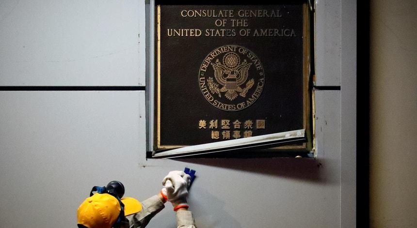 Um funcionário retira a placa que assinalava o consulado dos EUA na cidade chinesa de Chengdu, a 26 de julho de 2020